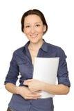 Attraktive Geschäftsfrau, die Dokumente verwahrt lizenzfreies stockfoto