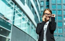 Attraktive Geschäftsfrau, die durch Telefon spricht Lizenzfreies Stockbild