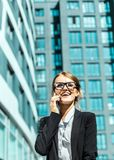 Attraktive Geschäftsfrau, die durch Telefon spricht Stockbilder