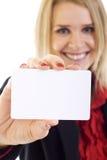 Attraktive Geschäftsfrau, die eine unbelegte Karte anhält Stockfoto