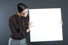 Attraktive Geschäftsfrau, die einen Vorstand anhält stockfoto