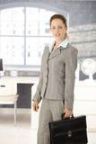 Attraktive Geschäftsfrau, die helles Büro verlässt Lizenzfreies Stockbild