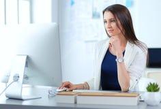 Attraktive Geschäftsfrau, die an Laptop im Büro arbeitet JPG + vektorabbildung stockfotografie