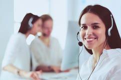 Attraktive Geschäftsfrau, die an Laptop im Büro arbeitet JPG + vektorabbildung stockfoto