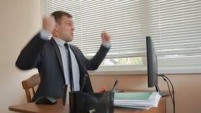 Attraktive Geschäftsfrau, die mit Computer und Dokumenten im Büro arbeitet Tänze an einem Tisch stock video