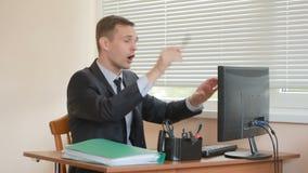 Attraktive Geschäftsfrau, die mit Computer und Dokumenten im Büro arbeitet Tänze an einem Tisch stock footage