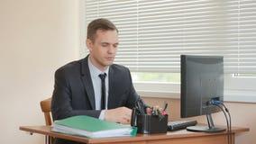 Attraktive Geschäftsfrau, die mit Computer und Dokumenten im Büro arbeitet Tanzen am Tisch und Leiten stock video