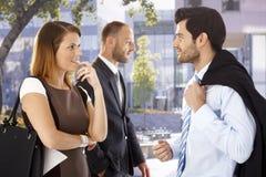 Attraktive Geschäftsfrau, die mit Kollegen flirtet Stockbilder