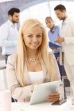 Attraktive Geschäftsfrau, die Tablette verwendet Stockfotos
