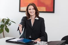 Attraktive Geschäftsfrau grüßt Lizenzfreies Stockbild