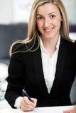 Attraktive Geschäftsfrau an ihrem Schreibtisch Stockfotos