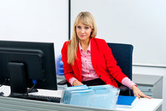 Attraktive Geschäftsfrau im Büro mit Computer Lizenzfreie Stockbilder