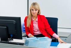 Attraktive Geschäftsfrau im Büro mit Computer Lizenzfreie Stockfotos