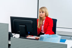Attraktive Geschäftsfrau im Büro mit Computer Stockfotos