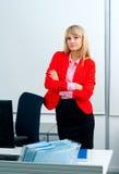Attraktive Geschäftsfrau im Büro mit Computer Lizenzfreies Stockbild