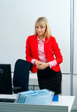 Attraktive Geschäftsfrau im Büro mit Computer Lizenzfreie Stockfotografie