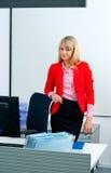 Attraktive Geschäftsfrau im Büro mit Computer Stockfotografie