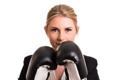 Attraktive Geschäftsfrau mit Boxhandschuhen Stockfotografie