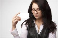 Attraktive Geschäftsfrau mit bussines Karte stockbilder