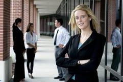 Attraktive Geschäftsfrau mit den Armen gekreuzt Stockfoto