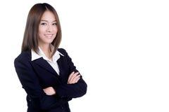 Attraktive Geschäftsfrau mit ihren Armen kreuzte die lokalisierte Klage Lizenzfreies Stockfoto