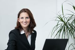 Attraktive Geschäftsfrau mit Notizbuch Lizenzfreies Stockfoto