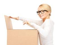 Attraktive Geschäftsfrau mit Sammelpack Stockfoto