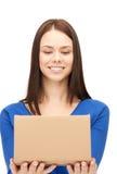 Attraktive Geschäftsfrau mit Sammelpack Stockbild