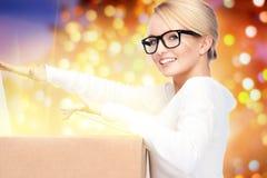 Attraktive Geschäftsfrau mit Sammelpack Lizenzfreie Stockfotos