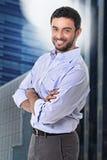 Attraktive Geschäftsmannaufstellung glücklich im Unternehmensporträt draußen auf Finanzbezirk lizenzfreies stockfoto