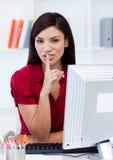 Attraktive Geschäftsfrau, die um Ruhe bittet Lizenzfreie Stockfotos