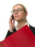 Attraktive Geschäftsfrau mit einem roten Faltblatt Stockbild