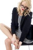 Attraktive Geschäftsfrau mit wunden Füßen Stockfoto