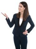 Attraktive Geschäftsfrau stellt sich lokalisierte auf Weiß dar. Stockfotografie