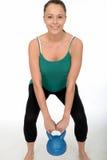 Attraktive gesunde junge Frau, die ein Bell-Gewicht des Kessel-5kg anhebt Lizenzfreies Stockfoto