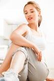 Attraktive gesunde junge Frau, die Yogaturnhalle ausdehnt Stockfotos