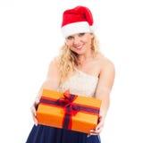 Attraktive glückliche Frau Sankt mit Weihnachtsgeschenk Stockbild