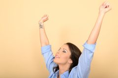 Attraktive glückliche junge Frau, die auf dem Boden trägt ein Blau sitzt Stockbild
