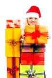 Attraktive glückliche Sankt-Frau mit Weihnachtsgeschenk Lizenzfreie Stockfotos