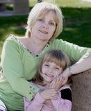 Attraktive Großmutter mit Enkelin Stockfotos