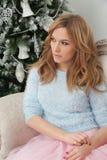 Attraktive hübsche Frau nahe Weihnachtsbaum Lizenzfreies Stockfoto