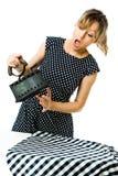 Attraktive Hausfrau im Stift herauf Art glaubt den Schmerz vom heißen Weinlesekohlen-Metalleisen während des Bügelns - hohe Tempe stockfotos