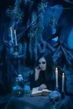 Attraktive Hexe, die Magie im magischen Lager tut Lizenzfreie Stockfotografie