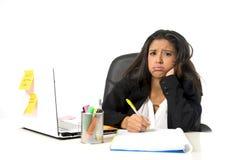 Attraktive hispanische Geschäftsfrau oder leidender Zusammenbruch und Kopfschmerzen Sekretärs im Druck im Büro stockfoto