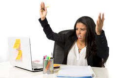 Attraktive hispanische Geschäftsfrau oder leidender Zusammenbruch und Kopfschmerzen Sekretärs im Druck im Büro stockfotos