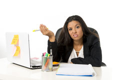 Attraktive hispanische Geschäftsfrau oder leidender Zusammenbruch und Kopfschmerzen Sekretärs im Druck im Büro stockbilder