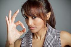 Attraktive indische Frau lokalisiert auf weißem Hintergrund Stockfotografie