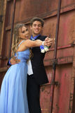 Attraktive Jugendabschlussball-Paare stockfoto