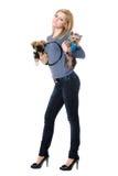 Attraktive junge blonde Aufstellung mit zwei Hunden Lizenzfreie Stockbilder
