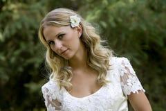 Attraktive junge blonde Braut Stockfotografie